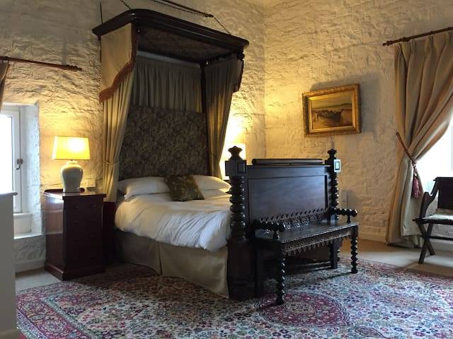 Ross Castle, Upper Tower bedroom - Ross - Замок