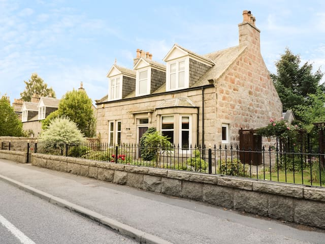 KINFAUNS, pet friendly, with open fire in Aboyne, Ref 968180