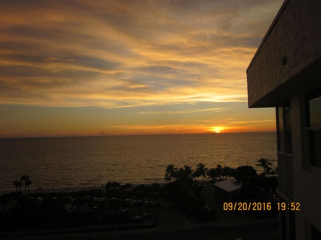 Beach &Tennis Club #1002 Top Floor GREAT VIEWS!