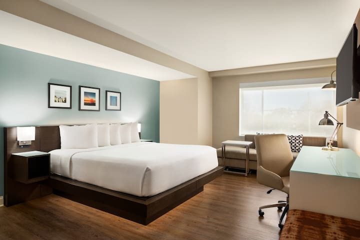 Wyndham Newport, Single King Room