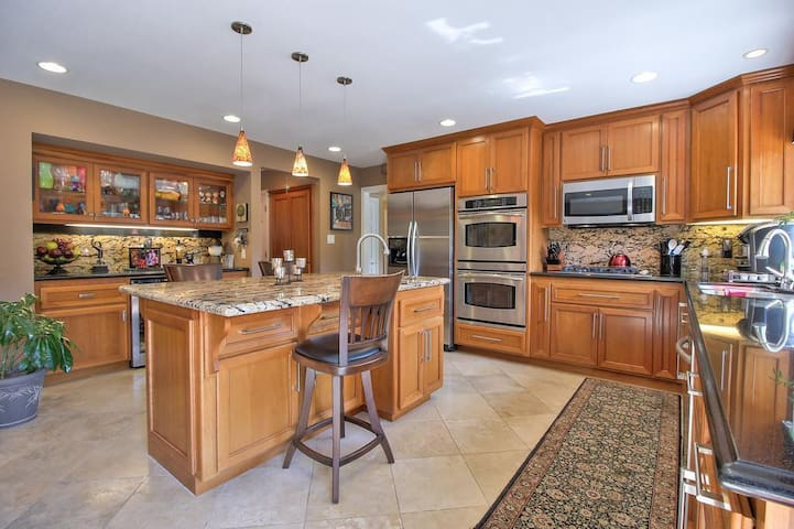 Gorgeous home, Great Location for Family&business