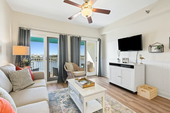 Newly renovated fourth-floor studio w/spectacular views, shared hot tub, & pool