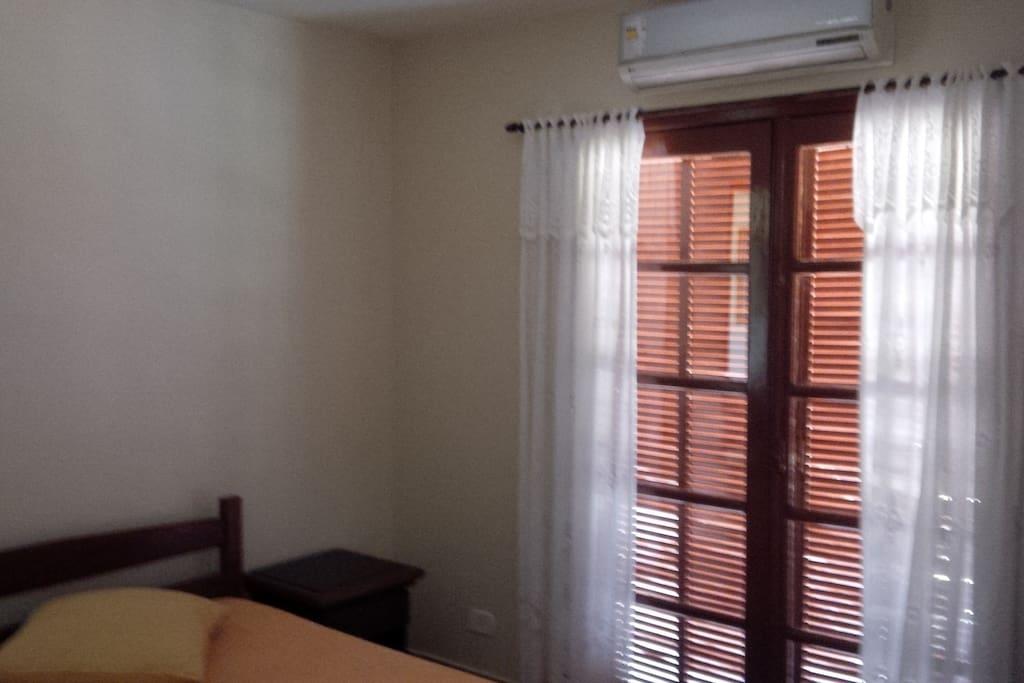 suite, com porta balcão p/terraço, ar cond.