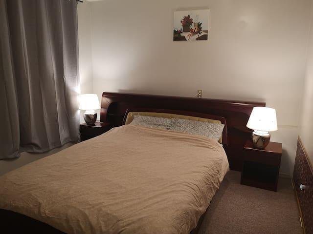 Bedroom (1 queen bed)