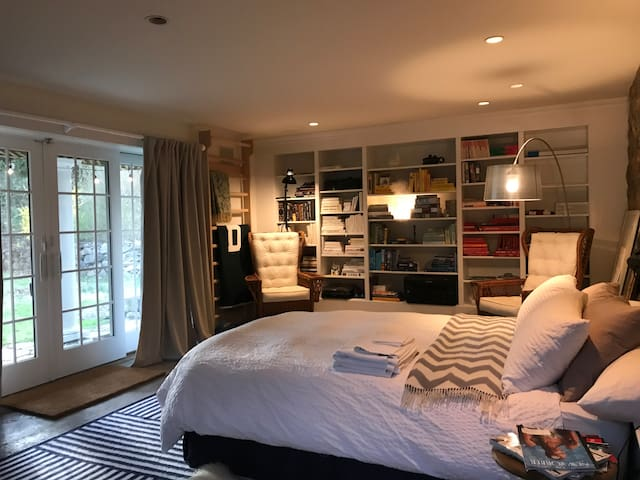 Charming Greenwich studio, 0.2 miles from train
