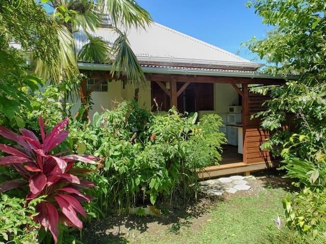 Gite pour un couple, dans un jardin tropical
