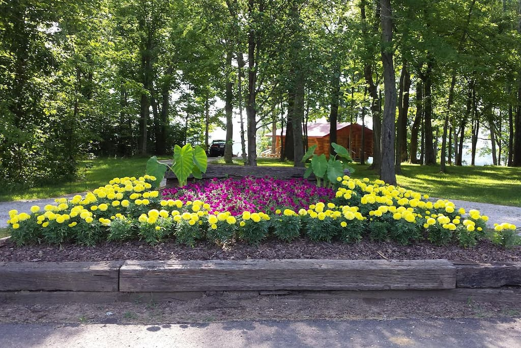 Flower bed at entrance to Big Timber River Cabins property.