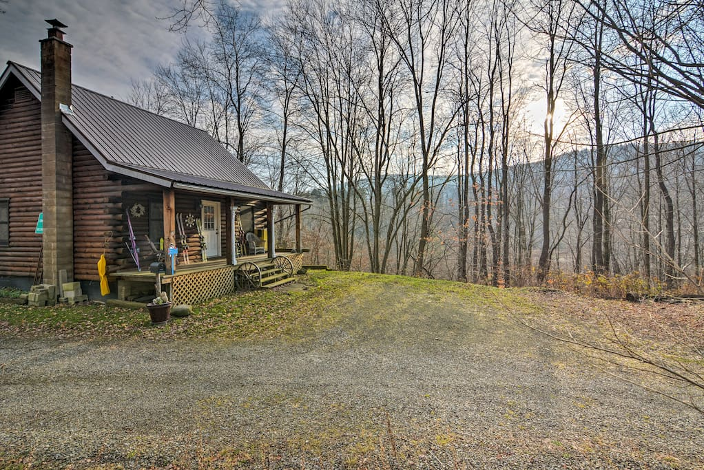 Hike, ski, and explore from this cozy and secluded retreat.