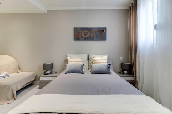 Un lit Queen size pour un sommeil relaxant