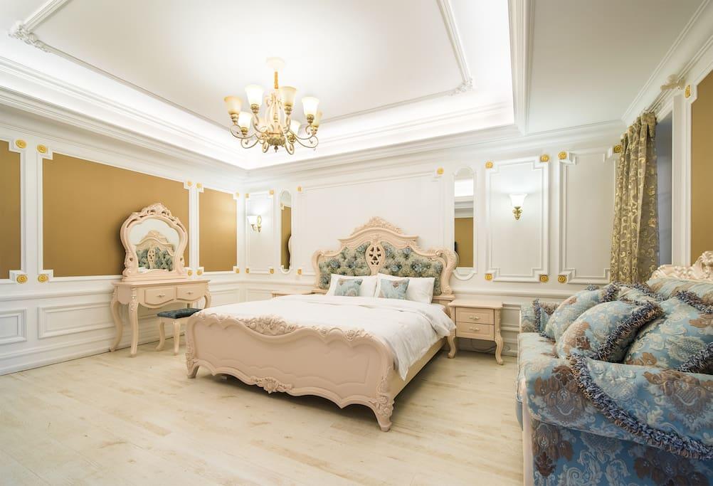 主卧豪华的欧式大床!睡起来软软的超级舒服!