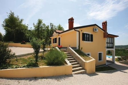 4 Bedrooms Home in Meloni - Meloni