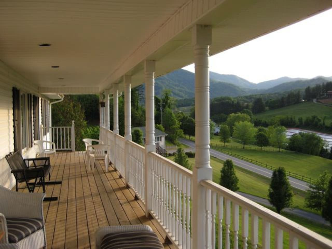 Mountainview Manor.  Beautiful views, tons of space, grill, hot tub, pool table, smart tv's throughout and lots of parking. 15 minutes to downtown, West Asheville, Biltmore, shopping. Come experience Asheville and have an unforgettable. MountainView