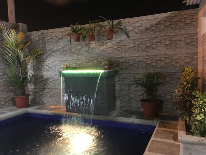 Villa con piscina, hidromasaje, en Ballenita