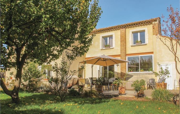 Holiday cottage with 5 bedrooms on 210m² in Bollène