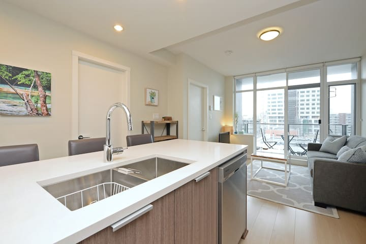 Beautiful Downtown Condo in the Era with AC