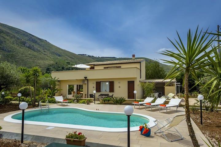 Private villa in a quiet location, close to the sea