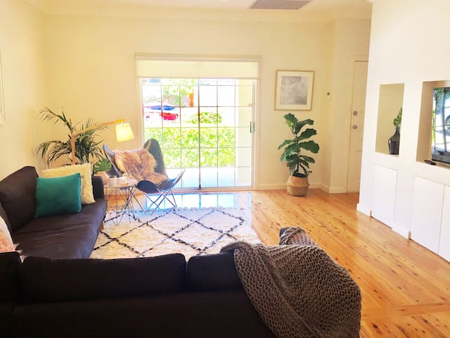 Bright, modern family home in quiet neighbourhood - North Ryde - Talo