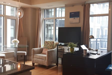 Quiet Centretown Condo 1BD/1BR w Parking - Condominium