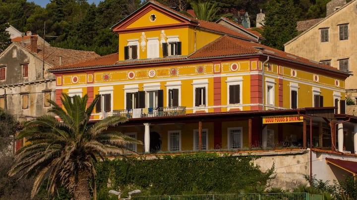 VillaLussino1384-room4-Veli Lošinj-heritage-centre