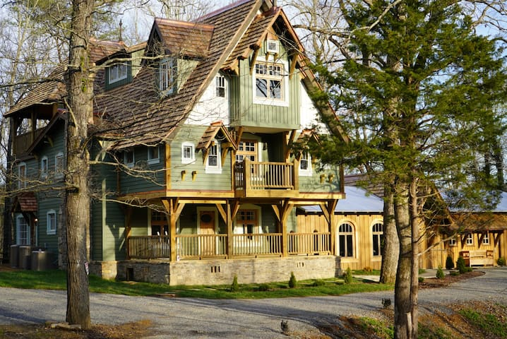Bellewood Lodge at Candlelight Forest-sleeps 19-23