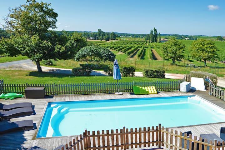 Maison avec piscine privée, jardin et superbe vue sur le vignoble bordelais