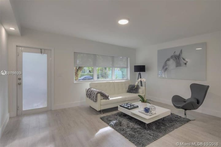 MIMO Modern 1BD 700sqft+  steps to Lincoln Rd SoBe