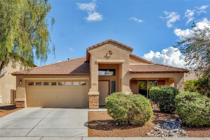 Close to Cardinals Stadium! Gorgeous 3BR Goodyear Home w/Wifi and Full Cable - Close to Cactus League Ballparks and All Sporting Events! Close to PIR (Phoenix International Raceway)! - Goodyear - Casa