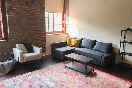 Industrial Chic Apt in Fed Hill (free parking)