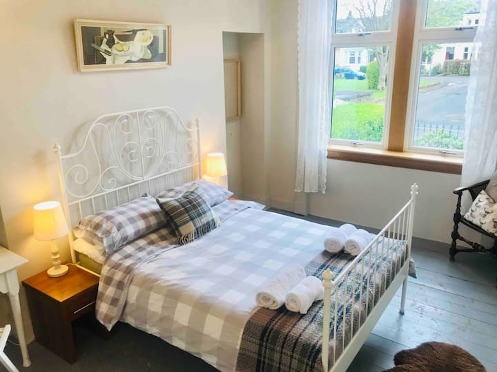 Lovely Double Room & Breakfast on Private Square