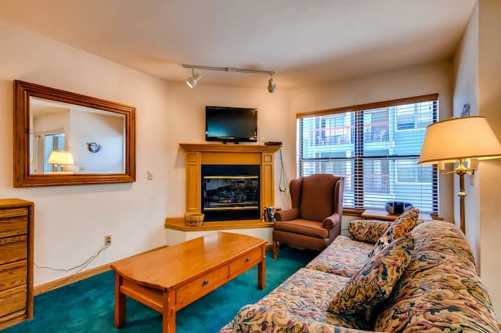 Great studio condo just 1 block from Main Street w/shared pool and hot tub!