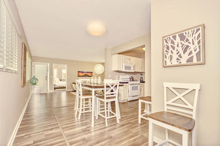 Open Floor Plan shows flow from the Dining area (seats 6) to Kitchen and Living Room.