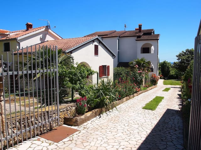 Holiday apartment just 400 m from the beach, big garden with BBQ