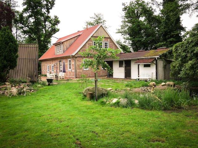 Garten mit Teich, Pferdestall und Gartenhaus