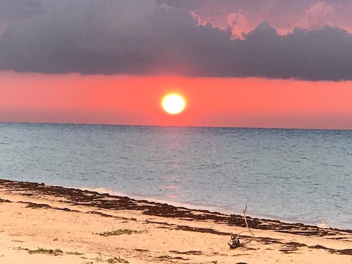 Residencia Frente al Mar en Playa San Bruno Carretera Progreso Telchac Km 26.5 Yucatan Mexico , tiene la mejor playa de la costas de Yucatan , se encuentra en una zona Residencial de casas independientes con todos los servicios de una residencia tipo medi