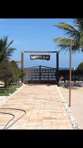 Bangalô em condomínio fechado em frente à praia.