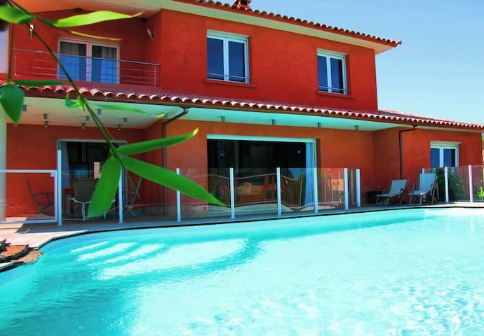Villa avec piscine chauffée, spa, sauna et hammam.