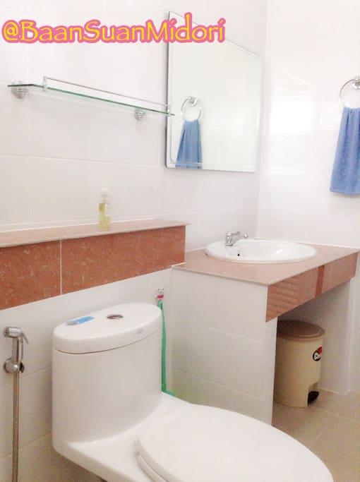 ห้องน้ำส่วนตัวขนาดใหญ่พร้อมเครื่องทำน้ำอุ่นและพัดลมระบายอากาศ