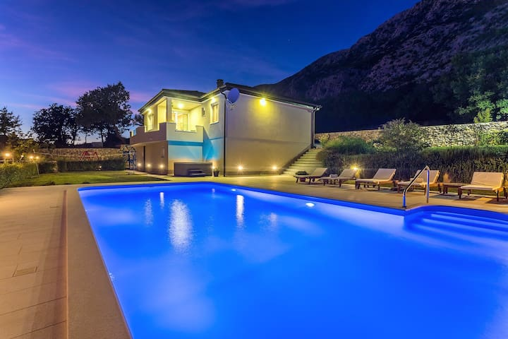 VILLA BEYBE with Jacuzzi, large private pool 50m2, BBQ,free WIFI, 3 bedrooms