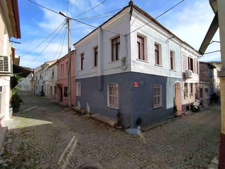 Ayvalıkta İki katlı Rum evi Star House Hostel