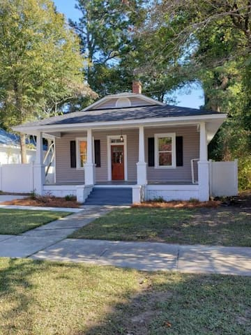 Cute 4BR Bungalow Near Downtown