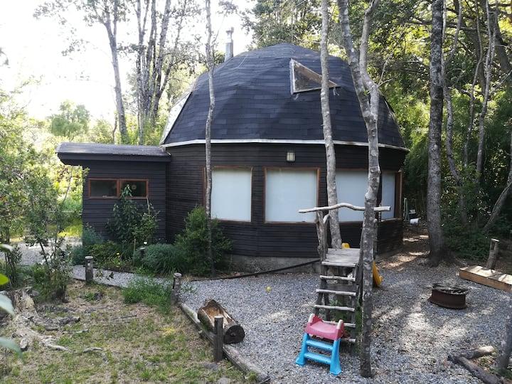 Casa domo en medio del bosque