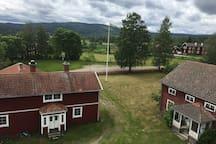 I bakgrunden ser du fotbollsplanen.