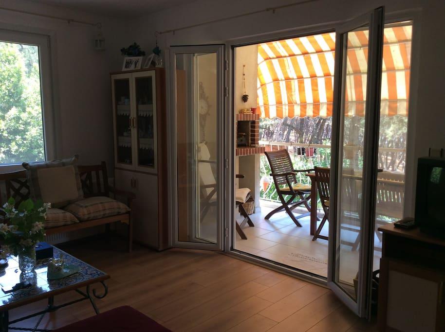 Salon ve balkondan bir görüntü