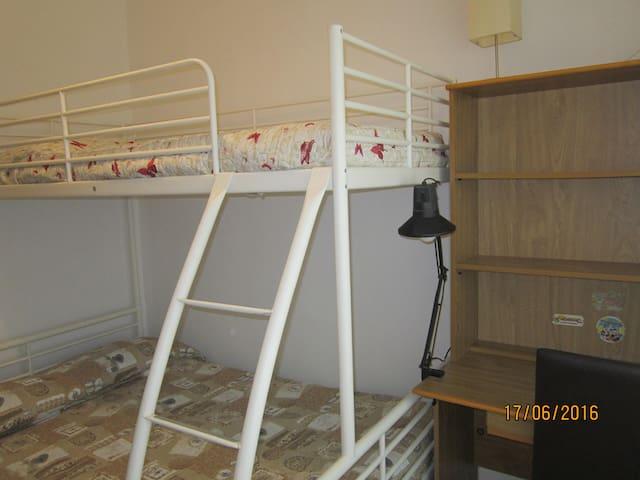 Stanza con letto a castello sopra letto singolo e sotto 1 piazza e mezza
