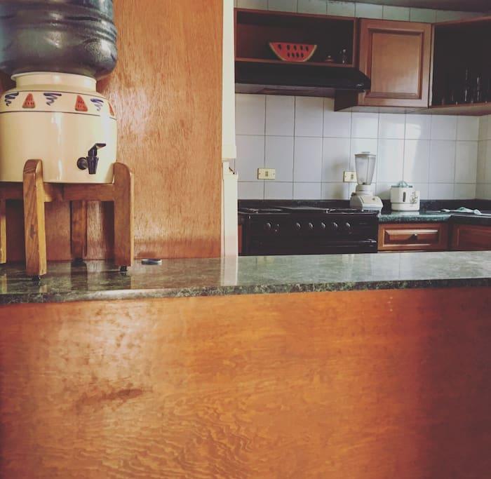 Cocina integral (estufa con horno y campana, microondas, refrigerador, licuadora, vajilla y cubiertos)