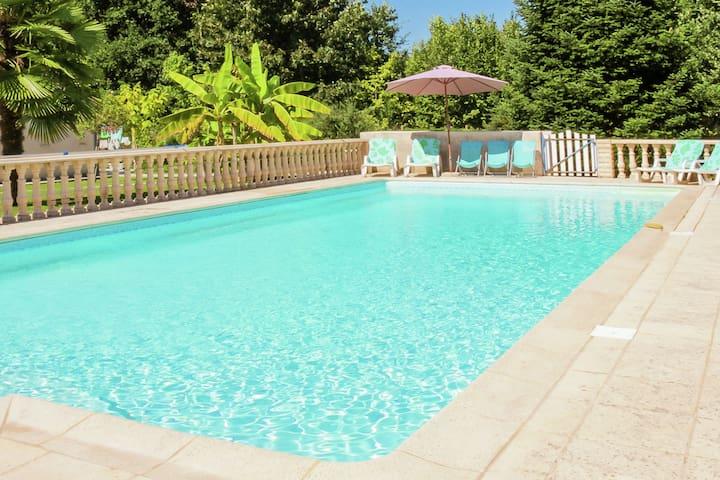 Romantic Villa in Port Sainte foy et Ponchapt with Whirlpool