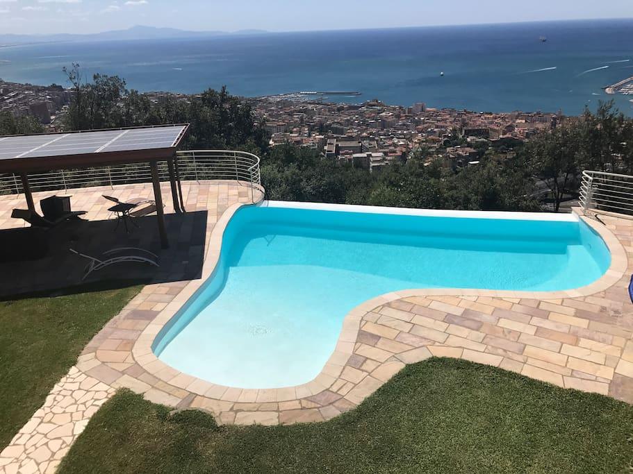 vista del patio e dlla piscina ove potrete rilassarvi e godere del panorama