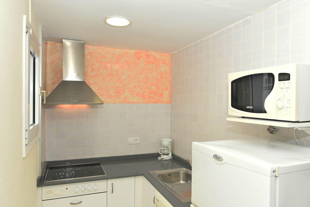Cocina equipada : vitrocerámica, frigorífico, microondas, utensilios de cocina