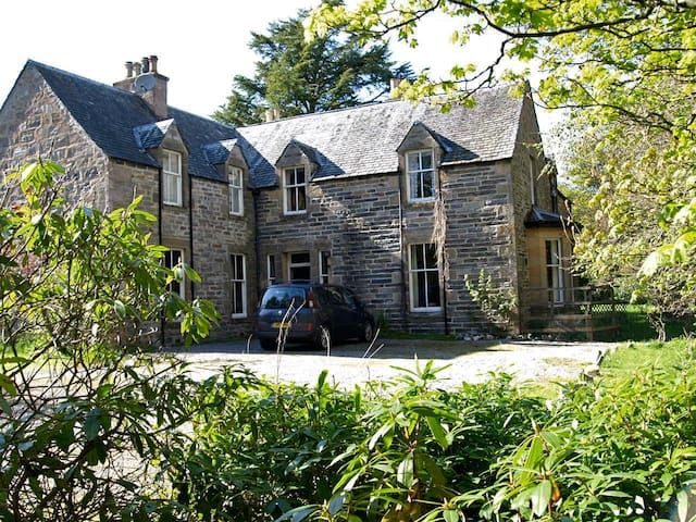 Drumin Farmhouse - lovely old house, sleeps 10 - Glenlivet - Dom