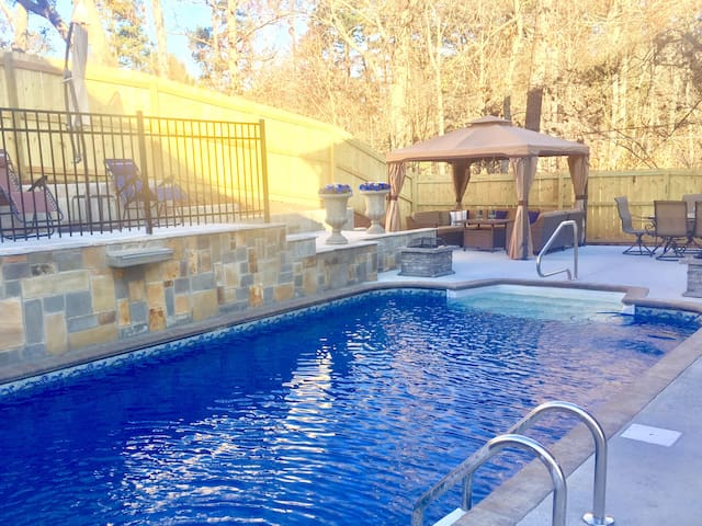 Luxury Home with a Private Pool/New Spa Jacuzzi!!